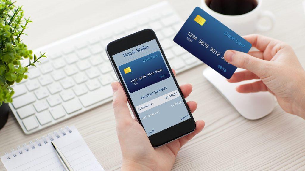 Se anuncian ventajas en plásticos de crédito y débito.
